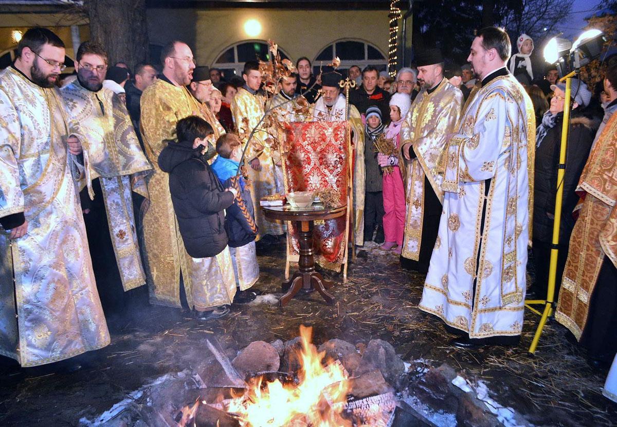 Paljenje badnjaka u porti Saborne crkve
