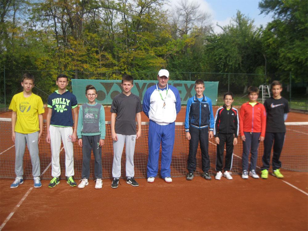 Zajednička fotografija posle meča – levo su takmičari TK TAŽ, u sredini je trener TK Požarevac Milan Marković i desno stoje Novaković, Božić Karaklajić i Stojanović.
